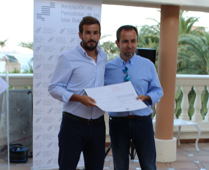 Javier Zaforteza entregando el premio de la APIB