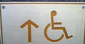 ¿Cómo debe ser un ascensor accesible?